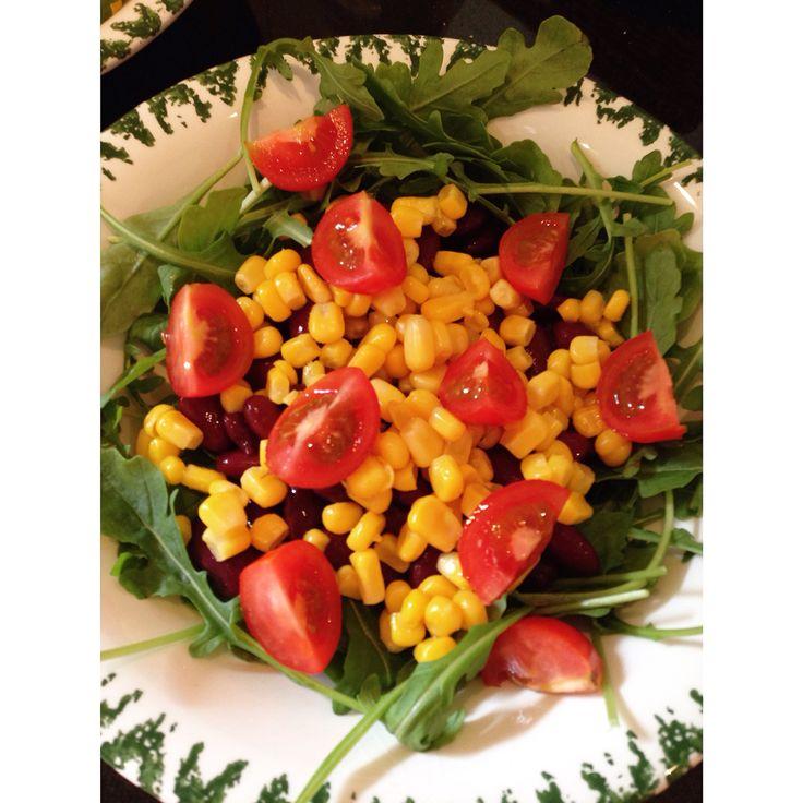 Rucola, kidney bonen, maïs en tomaatjes