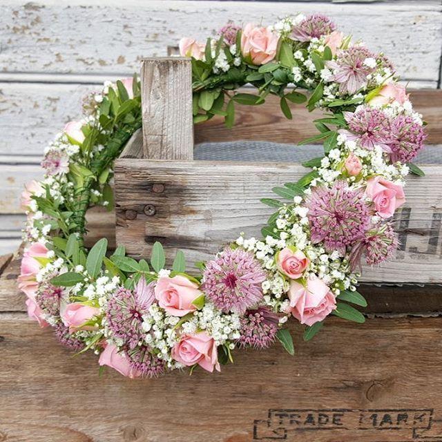 Till alla er som vill beställa huvudkrans till midsommar är det hög tid nu, senaste dag för beställning är på onsdag  22/6. För beställningar och prisförfrågningar maila på humlebomi@gmail.com  #humleboinredning#inredning#trädgård#huvudkrans#krans#wreath#blomsterkrans#fiorikransen#fioribilden#midsommarkrans#midsommar#lantligt#uppsala#almunge#