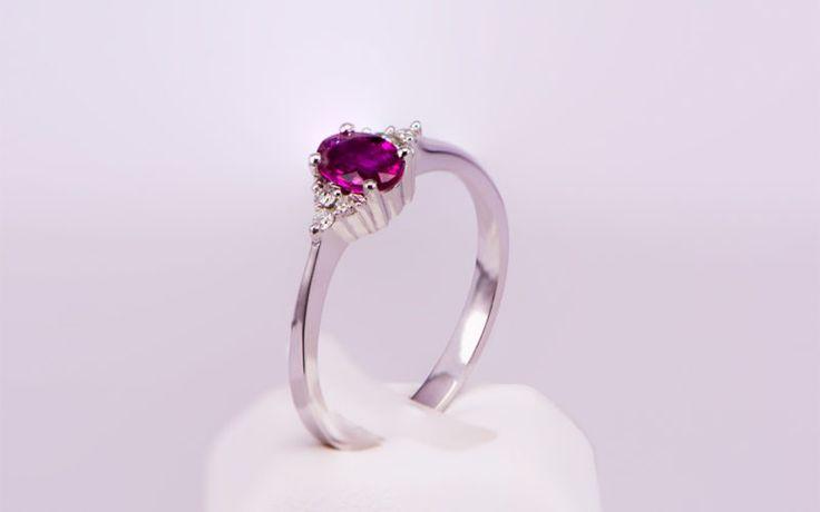 Μονόπετρο δαχτυλίδι λευκόχρυσο Κ18 με ρουμπίνι και διαμάντια