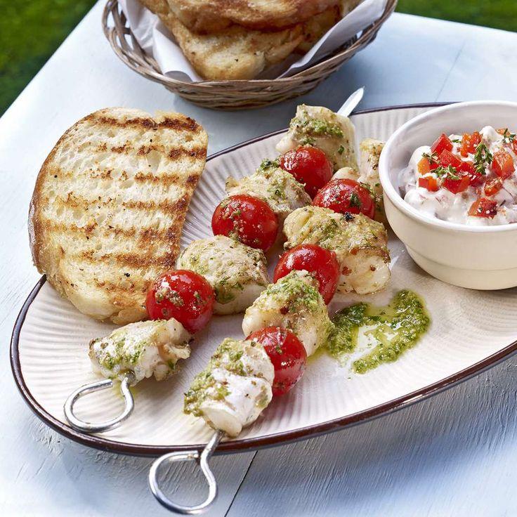 Mediterrane Fischspieße mit Grillpaprika-Dip