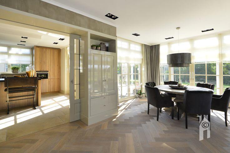 Schuifdeuren verbindt de woonkamer met de keuken