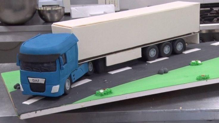 Verliefde vrachtwagenchauffeurs krijgen bruidstaart in de vorm van een vrachtwagen | rtvnh.nl