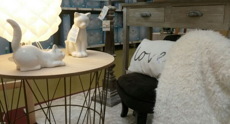 Coin cosy et chaleureux dans le salon avec un fauteuil crapaud couleur chocolat,  un coussin LOVE,  un plaid tout doux couleur crème,  une table basse d inspiration nordique, une console en bois blanchi et des chats en céramique. Mise en scène #AliceBureauCreations #MrBricolage#Reze