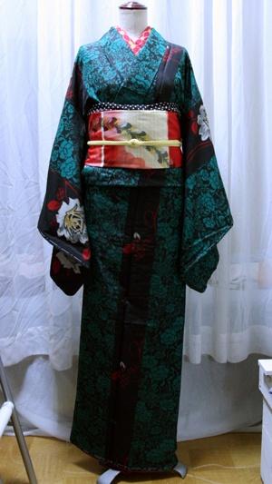 Kimono    meisen  これも古着の銘仙を2枚使って仕立てた着物。赤い銘仙にも使った黒字に白い薔薇の銘仙をここでも使った。  帯も自作の銘仙帯。