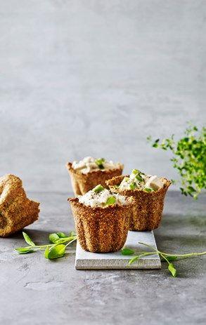 Tarteletter af knækbrødsbund med høns i asparge