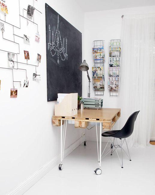 pallet desk/ hangmandjes aan de tafel (die je in een kast kunt hangen, ikea)
