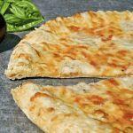 We houden allemaal van pizza, toch? Helaas maken we onze pizza's vaak over the top. Vaak beleggen we hem helemaal vol met veel kaas, salamiplakken en tomatensaus. Daar wordt-ie niet erg gezond van! Maar een pizza met een koolhydraatarme bodem, weinig kaas en veel groenten is helemaal niet zo ongezond als je denkt en kun je best af en toe nemen
