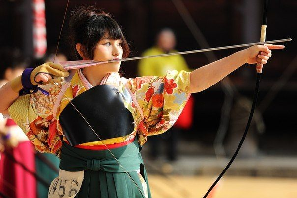 Кюдо - японское искусство стрельбы из лука.Это один из редких видов спорта, занятие которым не зависит от пола или возраста. При наличии желания, вне зависимости от пола, ходить на занятия можно в любом возрасте начиная со школьного. Никогда не поздно изучать кюдо, но для самосовершенствования может потребоваться вся жизнь.