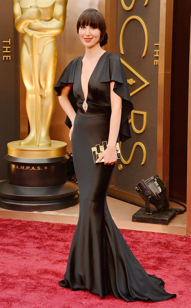 Karen O in another retro looking black gown. Just stunning!