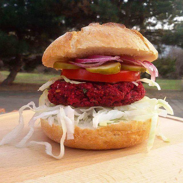 Beetroot Burger. Burak Burger.     #burgerzburaka #beetrootburger #beetburger #burger #burgerorder #lovefood #loveburger #burakburger #burak #beetroot #cookmagazine #concretus #vegeburger #vege #yahoofood #pyszne #smacznego #feedfeed #truecooks #storyofmytable #foodphotography #foodsteez #gloobyfood #bułka #warzywa #smacznie #jemy #foodgasm #foodphotography
