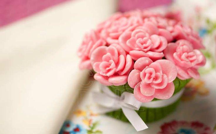 Os cupcakes em formato de flores, além de serem uma delícia, podem ser um detalhe a mais na decoração!