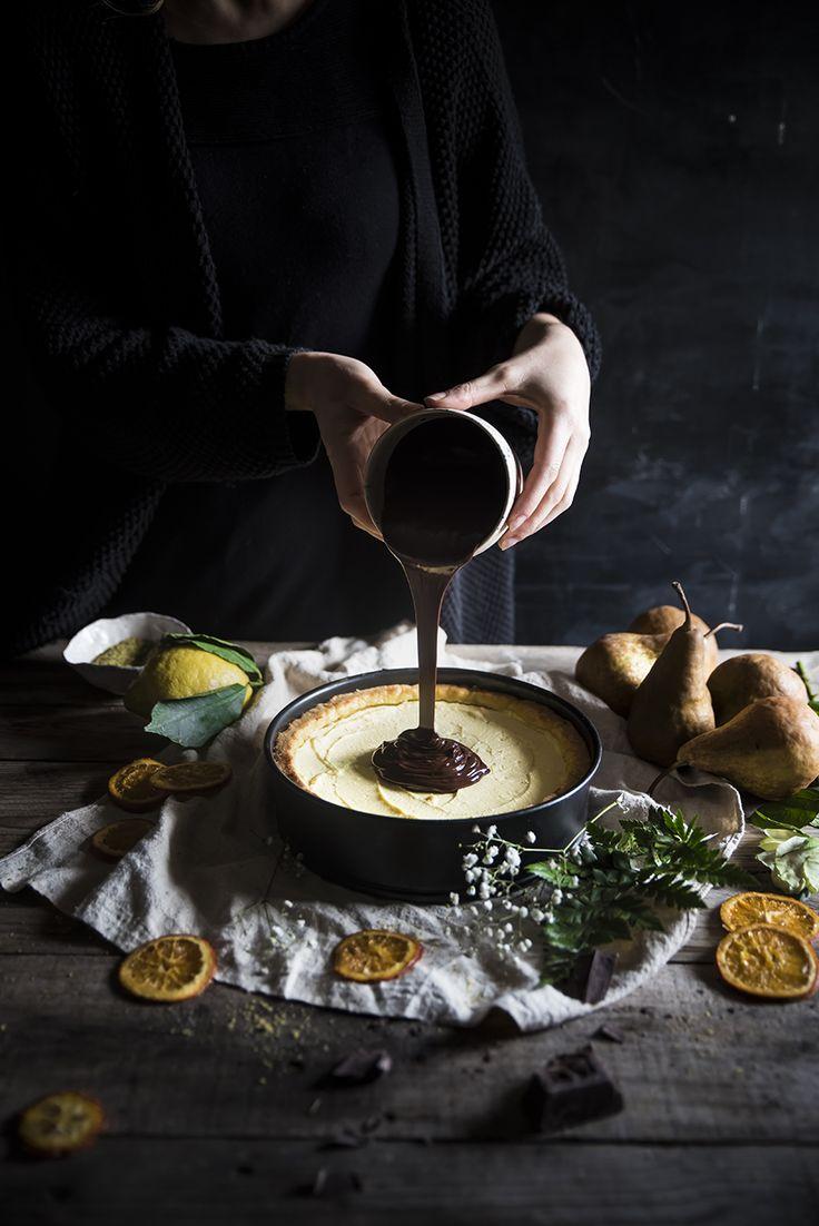 Una tart ripiena con confettura di pere, pere sciroppate, crema di ricotta profumata al limone e una golosa ganache al cioccolato