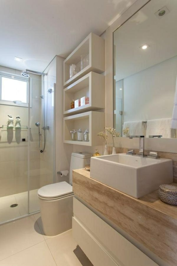 Wandregale und Unterschränke bringen Stauraum in kleine Badezimmer.  #smallbathroom #storage #interior