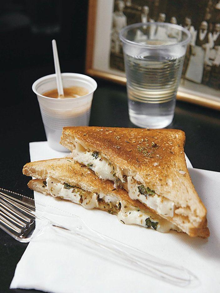 さわやかなミントとはちみつのアクセントが効いた、山羊チーズとハーブで作る地中海風ホットサンド 『ELLE a table』はおしゃれで簡単なレシピが満載!