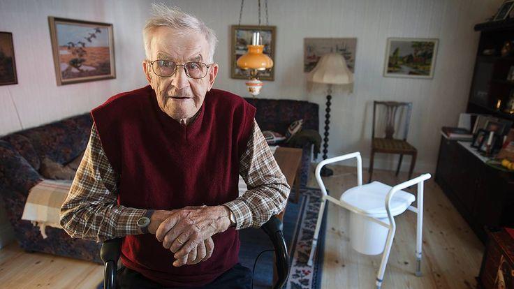 Vem vill gå på toa mitt i vardagsrummet? När snart hundraårige Melker Norgren inte orkade upp till badrummet på övervåningen var Heby kommuns erbjudande en hink i vardagsrummet på…