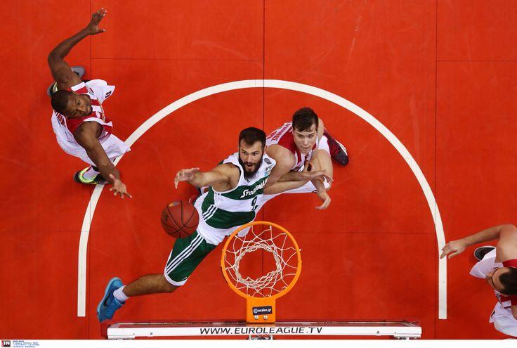 Ο Αντώνης Φώτσης στον αγώνα του Ολυμπιακού με τον Παναθηναϊκό για το κύπελλο στο Μπάσκετ