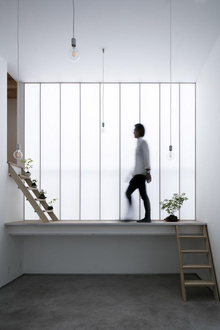 Le studio d'architecture japonais Yoshiaki Yamashita Architect & Associates vient de réaliser cette habitation qui mélange le contemporain et la tradition.  Située à Osaka au Japon, cette petite maison est à l'abri du bruit de la rue et des regards grâce à une façade noire minimaliste. La lumière naturelle est au centre de cette architecture, elle traverse la maison par le biais du toit et des côtés vitrés. L'intérieur est simple et dépouillé alliant murs blancs, béton et bois.