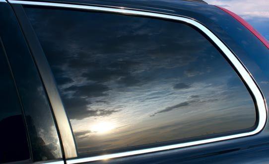 ¡Viajá más seguro y protegé a los tuyos en el carro! Ponele polarizado de seguridad de 4 micras de la marca Midas en Auto Glass Tec para Sedán y 4x4 a mitad de precio