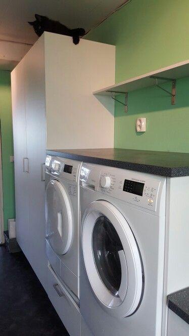 Nöjd med min nya tvättstuga med upphöjd tvättmaskin och torktumlare.
