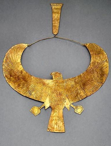 Collar que ilustrabaja un Alcon, utilizados por los reinas y faraonas en Egipto como simbolo de autoridad.  La figura de animales era muy popular en los accesorios y vestimentas ya que sus dioses eran representados por estas muchos tipos de animales incluyendo al toro, escarabajos, arañas y otros.