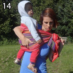 Rebozo, krok 14: Posaďte si dieťa na bok - jednou rukou chyťte dieťa, druhou uzol a urobte točivý pohyb smerom dopredu.