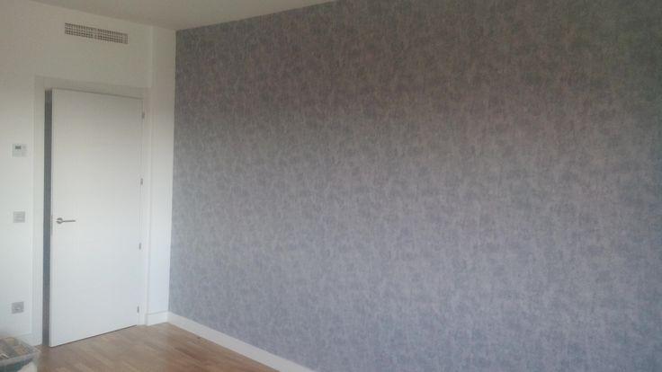 TRABAJO A EMPEZAR: 19 de Noviembre del 2016 (Trabajo terminado en el día) ESTADO: Paredes lisas TRABAJO A REALIZAR:  Colocación de papel pintado en una pared de 5,5 m de largo por 2,5 m de alto…