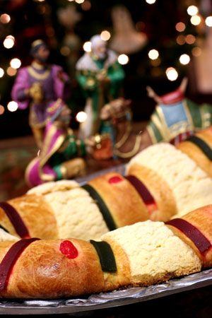 The ring-shaped Rosca de Reyes is a sweet round, cake or oval shape Mexican holiday bread, decorated with slices of crystallized or candied fruit colors. The King cake is also called: biscuit, cake or sweet bread to celebrate the three kings.