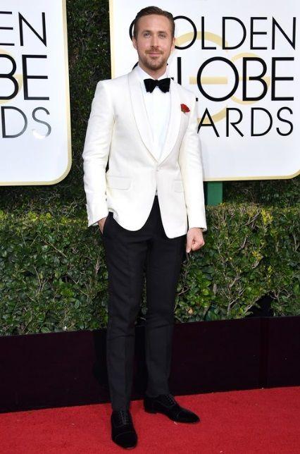 """Ryan Gosling optou por um """"summer"""", ou seja, o smoking de paletó branco, que combina mais com o verão. Agora é inverno nos Estados Unidos, mas mesmo assim, nós aqui do 21 Graus achamos que ele foi o homem mais elegante da noite."""