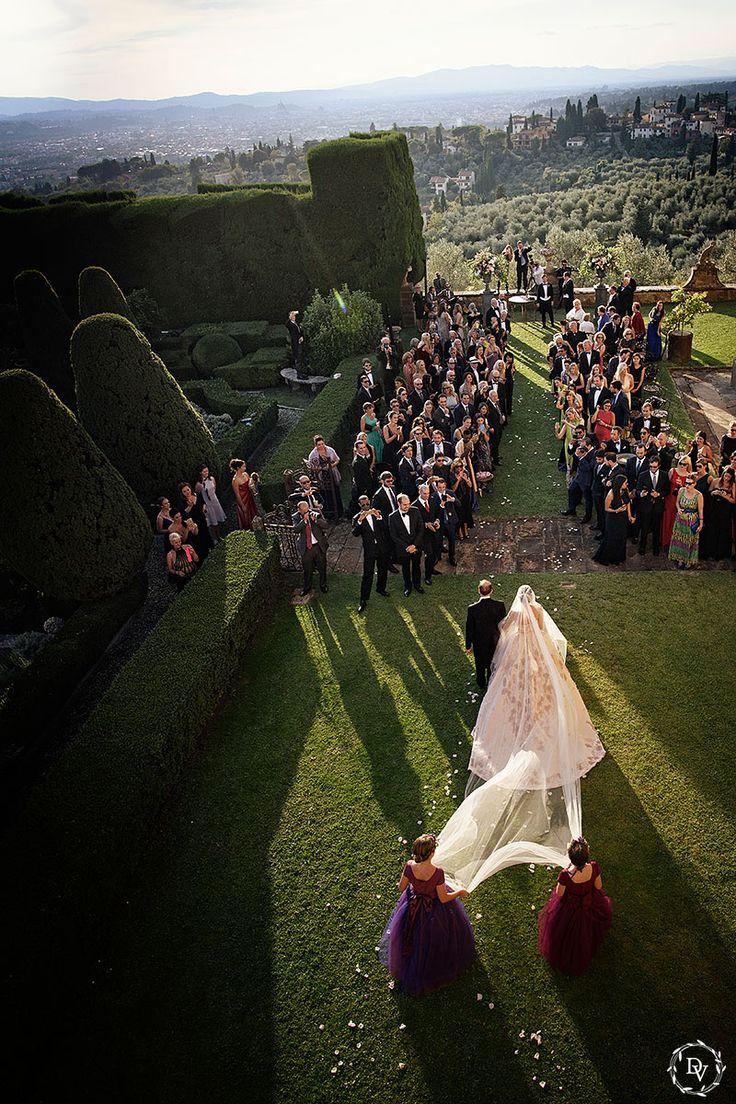 Общий план локации, декор церемонии, проход невесты к жениху. В контровом свете
