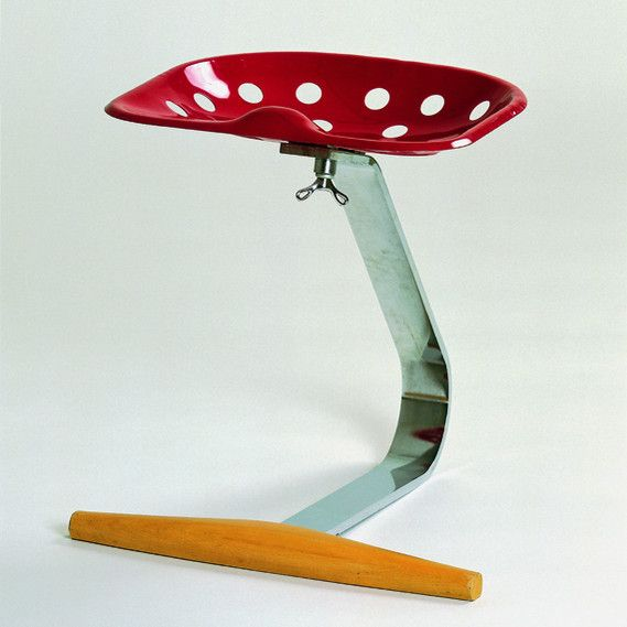 In the early 50's, Italian designer Achille Castiglioni was already recycling: he took the seat of a tractor and gave it a new life as a chair. The Mezzadro.