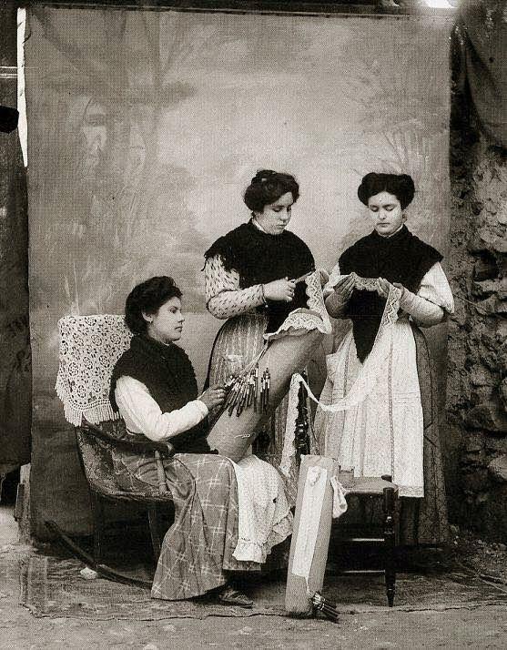 Foto de estudio de Fernando Navarro. Totana. - Encajeras de bolillo hacia 1903.