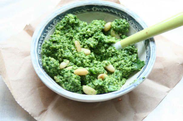 Groentespread met geitenkaas is een makkelijk en gezond lunchrecept. Ideaal om restjes bladgroente in te verwerken.