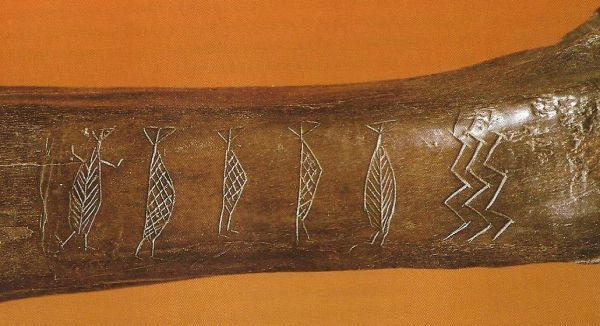 Aurochs bone with  carved human figures from the Maglemose period found at Ryemarksgård on Sjælland
