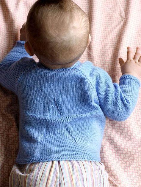 Denne yndige barnebluse med stjerne er nem at give barnet på, da der er knapper i halsen.