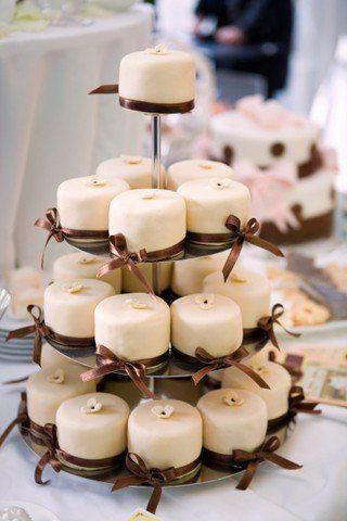 Clássicos, muitas vezes os cupcakes substituem o tradicional bolo de casamento, e fica um charme!