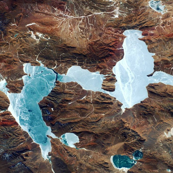 This frozen lake in the Andes is at more than 5000m altitude! Not bad for a lake ;) Des lacs gelés constellent de miroirs les hauteurs des Andes … à plus de 5000m d'altitude !  #Proxima #Andes #lake #frozen #ice #mountain #Expedition50 @iss
