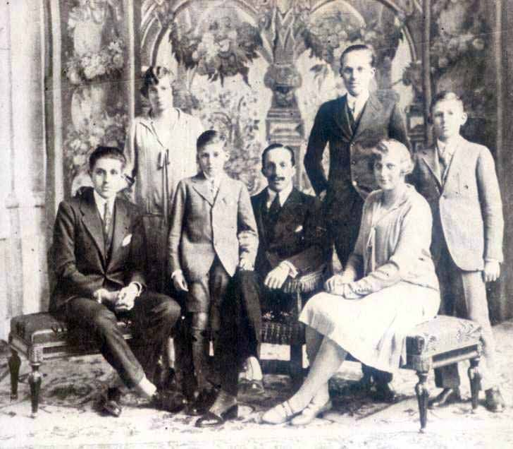 Alfonso XIII with his children: The Prince of Asturias, the Infante Jaime, the Infanta Beatriz, the Infanta María Cristina, the Infante Juan and the Infante Gonzalo.
