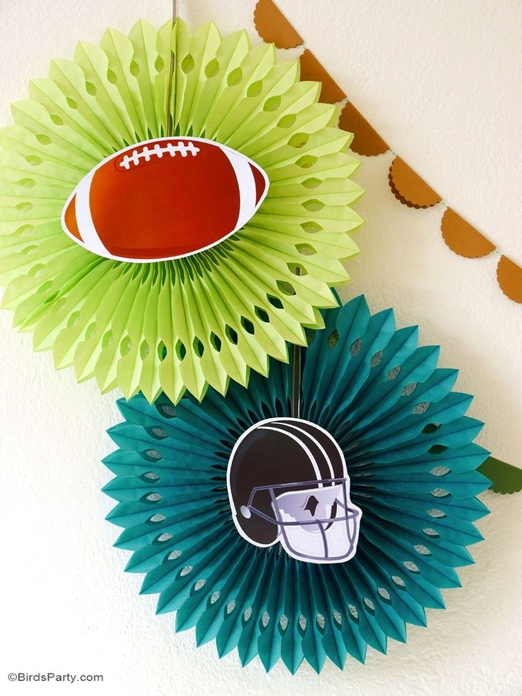 Super Bowl inspired party with DIY decorations, food ideas, printabels an dfavors, perfect for watching the games or a tailgating party! - BirdsParty.com @birdsparty