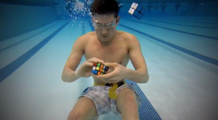 Sokféle módon ki lehet rakni egy Rubik-kockát, de ahogy ez a srác csinálja, azon eldobod az agyad! Ez nagyon durva! :-O