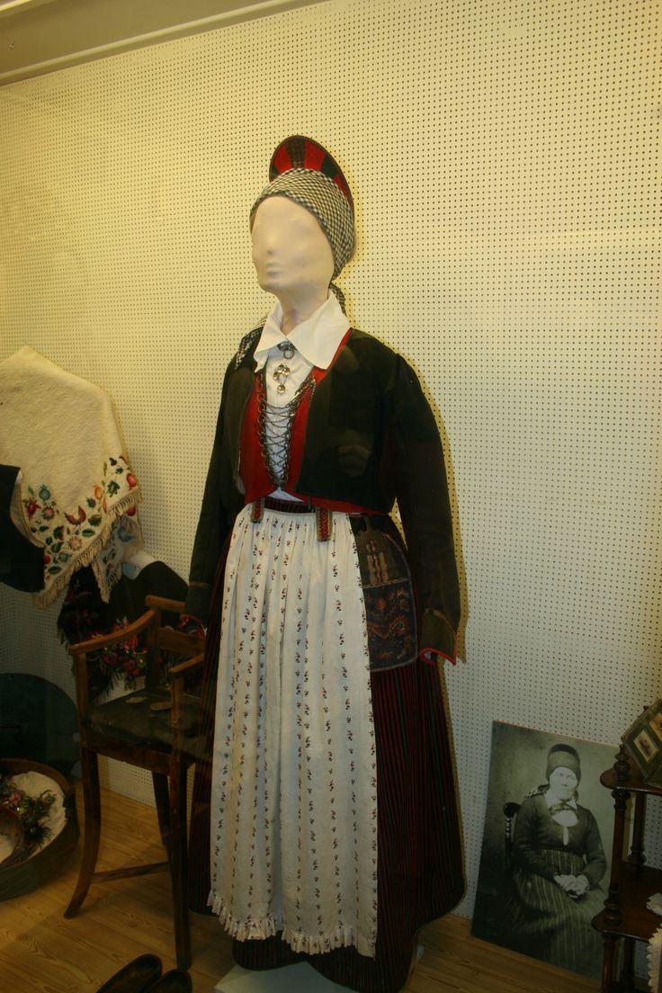 http://www.vestagdermuseet.no/ Vest-Agder Bunad, fylkesmuseet.