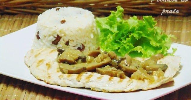 Quando se pretende um prato simples, gostoso e rápido, estes bifes de frango grelhados com cogumelos são uma óptima opção