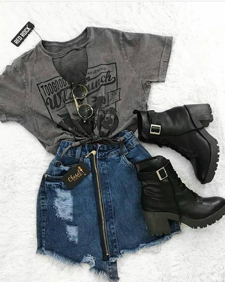 Grafisches T-Shirt mit einem kurzen Jeansrock mit Reißverschluss und schwarzem … #einem #grafisches #jeansrock #kurzen #schwarzem #shirt #verschluss