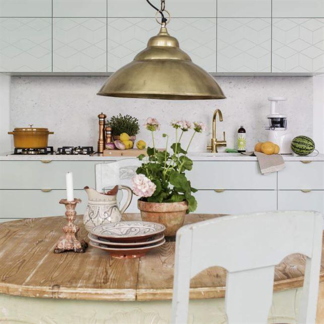 <span>Superfront svensktillverkar fronter till Ikeas nya köksstommar och förvaringsmöbler. De gör även ben och handtag. Köksbord och stolar från Hemtrevligt. Taklampa i mässing, Spiti.</span>