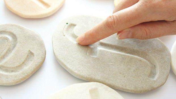 Bonne idée les lettres imprimées dans de la pate à sel / pate à modeler. Sans doute plus agréable au toucher que les lettres rugueuses.