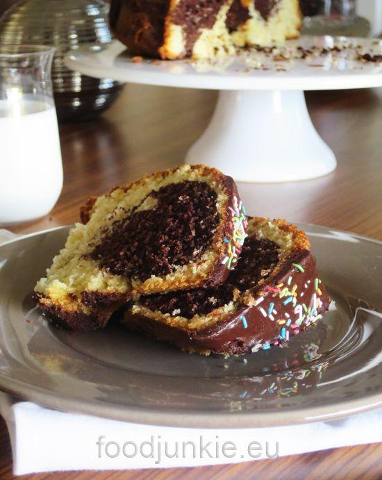 Αν υπάρχει μία συνταγή πολύ αγαπημένη νομίζω σε όλους του Έλληνες, μικρούς και μεγάλους, είναι το κλασικό κέικ βανίλια σοκολάτα. Έχουμε μεγαλώσει με αυτό, τώρα το φτιάχνουμε και στα παιδιά μας και …