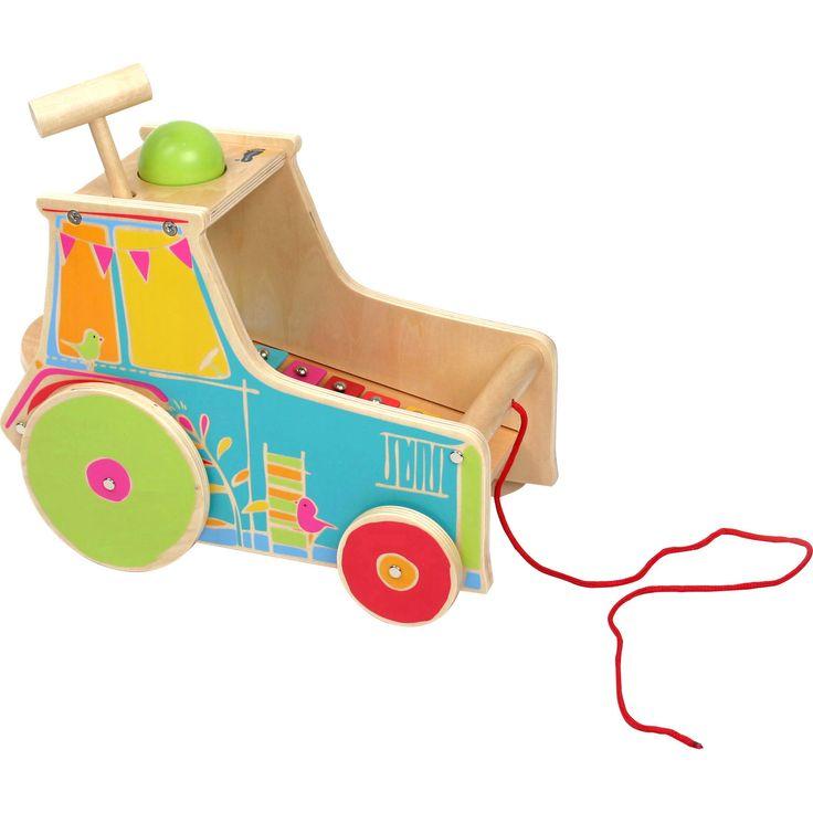 Tractorul cu Xilofon poate face mai mult decât doar să fie tras de-a lungul drumului. Conține un xilofon cu care micuțul se poate juca în timpul pauzelor oferindu-i acestuia un divertisment muzical. Mingea poate fi scoasă prin acoperiș și utilizată în alte jocuri. Distracția va fi garantată pentru cel mic!