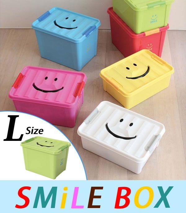 【SMILE BOX Lサイズ】子供部屋に散らばった、オモチャやゲーム、カードやメダル、お人形、衣類の収納に大活躍の、スマイルボックス!例えば、ピンクはお人形、青はブロックなどカラーでお片付けする場所を決めたり、兄弟姉妹で自分のカラーを決めてお片付けしたり、お子様が楽しくお片付けをする事が出来ます。スマイルの口部分は持ち手になっているため、お子様でも持ち運びラクラク。子供の頃から整理整頓を覚える事で、収納上手に育つことでしょう。スマイルボックスは、S・M・Lの3サイズからお選びいただけます。横幅と奥行きはどのサイズも共通なので、全サイズBOXをスタッキングしてご使用頂けます。カラフルな6色展開で子供部屋も一気に明るい雰囲気へと変えてくれます。子供の好きなカラー、又はお部屋に合ったカラーをお選び下さい♪サイズ約W400×H275×D280mm材 質ポリプロピレン備考ご使用のブラウザやモニターの環境により、商品の色の見え方に違いが出てまいります。あらかじめご了承の上ご注文下さい。無料ラッピング:非対応