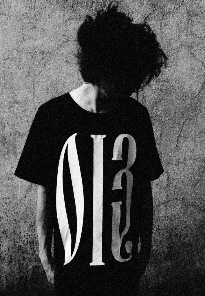 Удлиненная черная футболка с принтом  Мужское Графические иероглифы MAGNETIC WEAR не имеют конкретного сакрального смысла...  Все элементы призваны не нести точное значение, но давать массу вариантов для расшифровки - и каждый находит собственный!  90% хлопок 10% лайкра One size (длина 90 см, ширина 53 см)