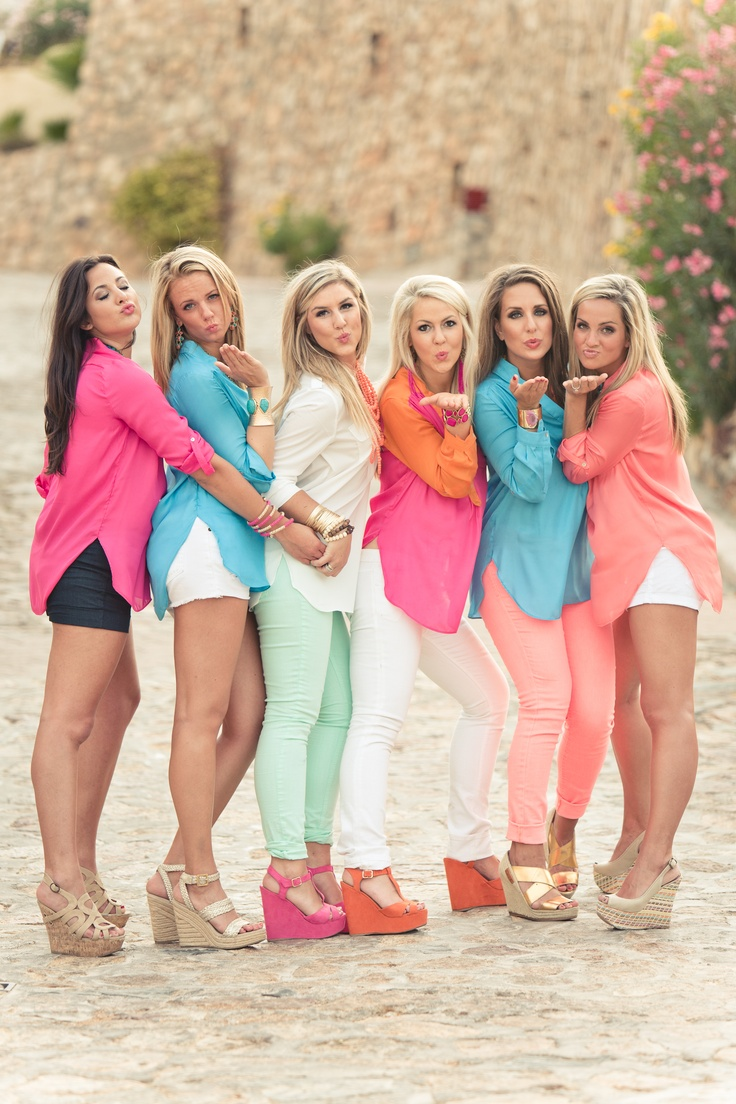 I want a shot like this at my rehearsal dinner or bachelorette with my bridesmaids ♥ super cute