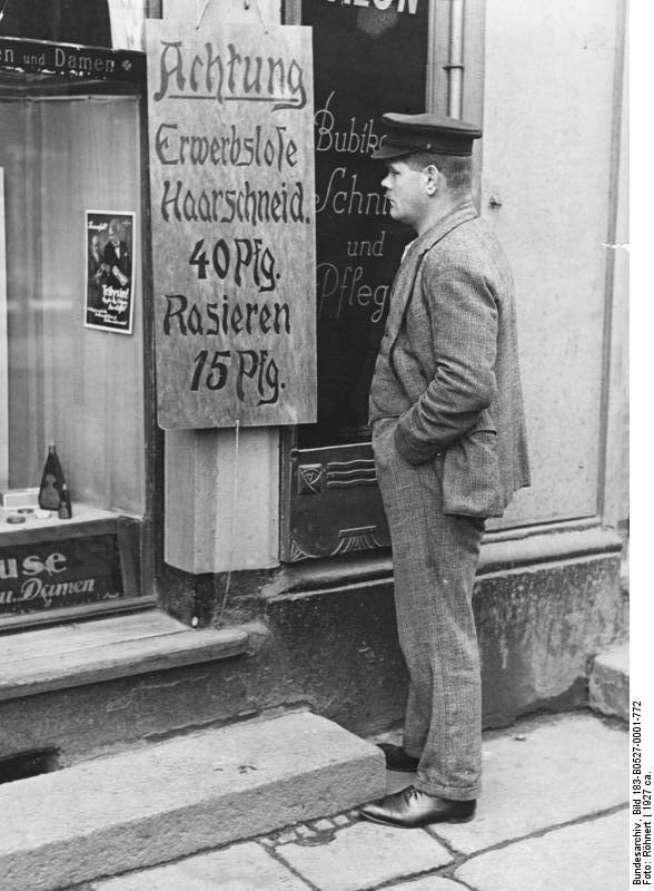 Zentralbild Die Arbeitslosigkeit in Deutschland 1927. Auch die Gewerbetreibenden haben sich mit ihren Preisen der großen Arbeitslosigkeit anpassen müssen, um noch existieren zu können.